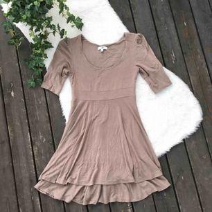 Jättefin klänning i skönt material. Storlek 32/34 men passar även mig som har 36/38. Knappt använd så i nyskick. Frakt ingår i priset.