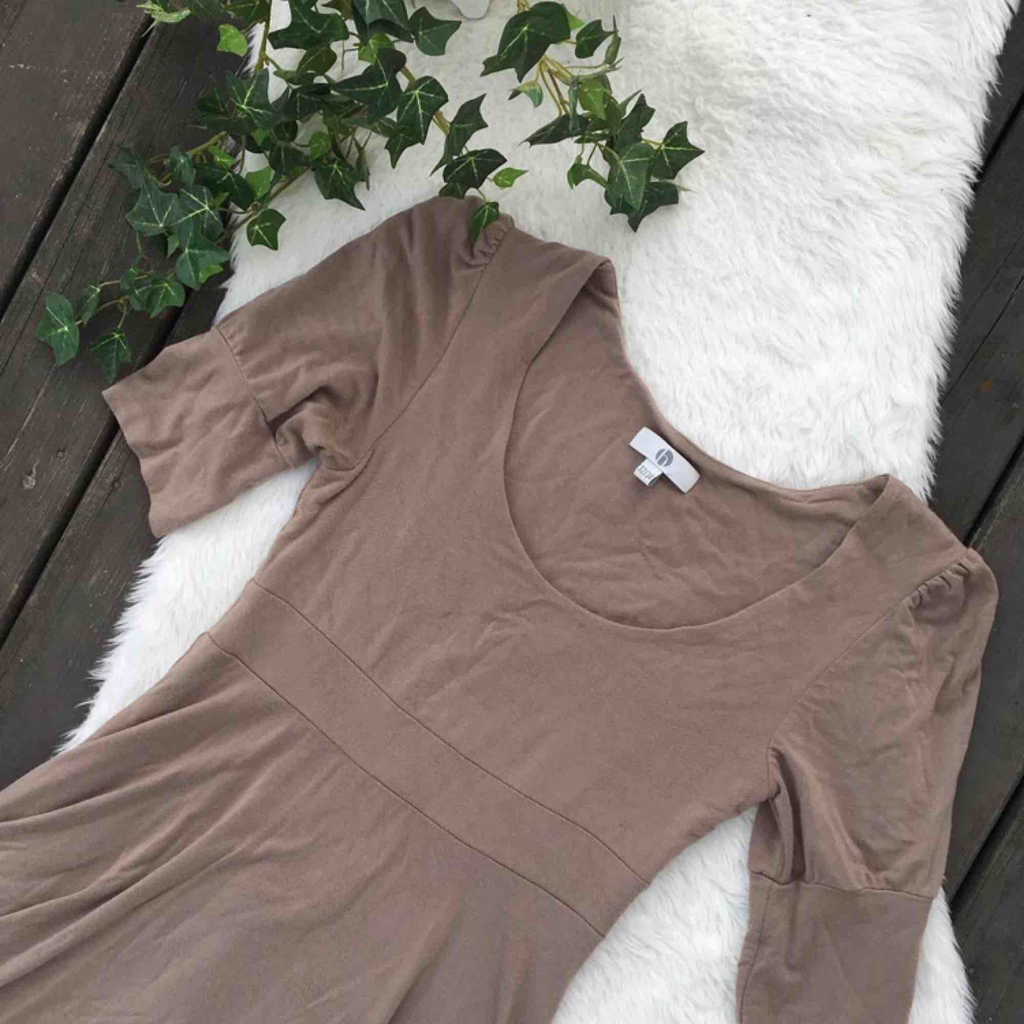 Jättefin klänning i skönt material. Storlek 32/34 men passar även mig som har 36/38. Knappt använd så i nyskick. Frakt ingår i priset.. Klänningar.