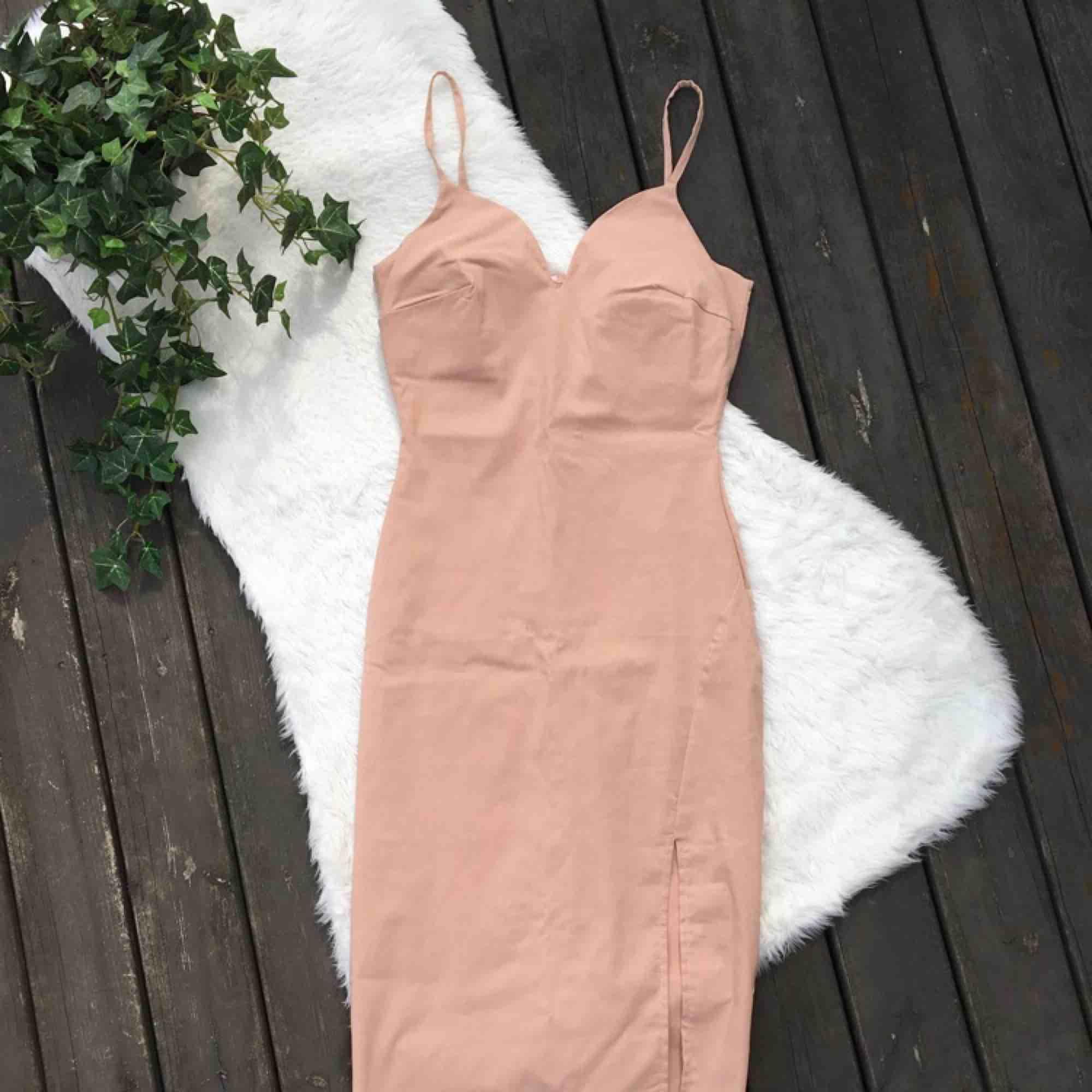 Jätte jättefin klänning i färgen nude. Storlek S. Kommer tyvärr inte ihåg vart den är köpt då jag klippt bort lappen. Den är använd endast ett fåtal gånger men önskar den kommit mer till användning. Frakt ingår i priset.. Klänningar.