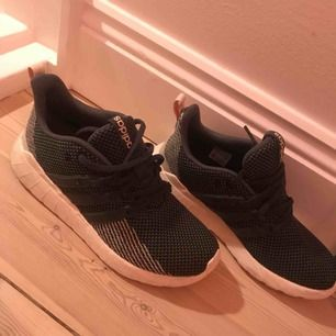 Adidas sneakers med cloud foam sula. storlek 40 men passar 39. litet hål vid stortån, därav priset. knappt använda.