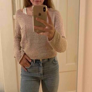 Jättegullig ljusrosa stickad tröja med en liten ficka på bröstet. Från lager 157 🌸 Om du undrar något eller vill ha fler bilder så är det bara att skriva 💓💓