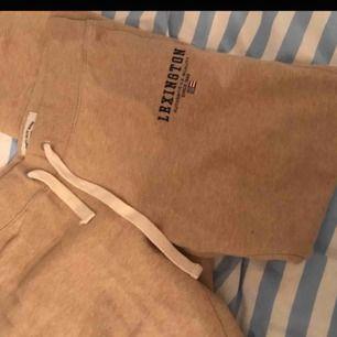 Helt nya lexington sweatpants som är beigea. endast provade 1 gång och tvättade efter de. storlek m men passar S. Köpta för 1000kr på lexington butiken