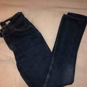 Levis 501 jeans med rätt slim/straight passform. Klassisk blå jeans färg på dem. Väldigt fin vintage style byxor, dem här är en klassiker! Dessa slags byxor brukar gå för 1000kr+ :)