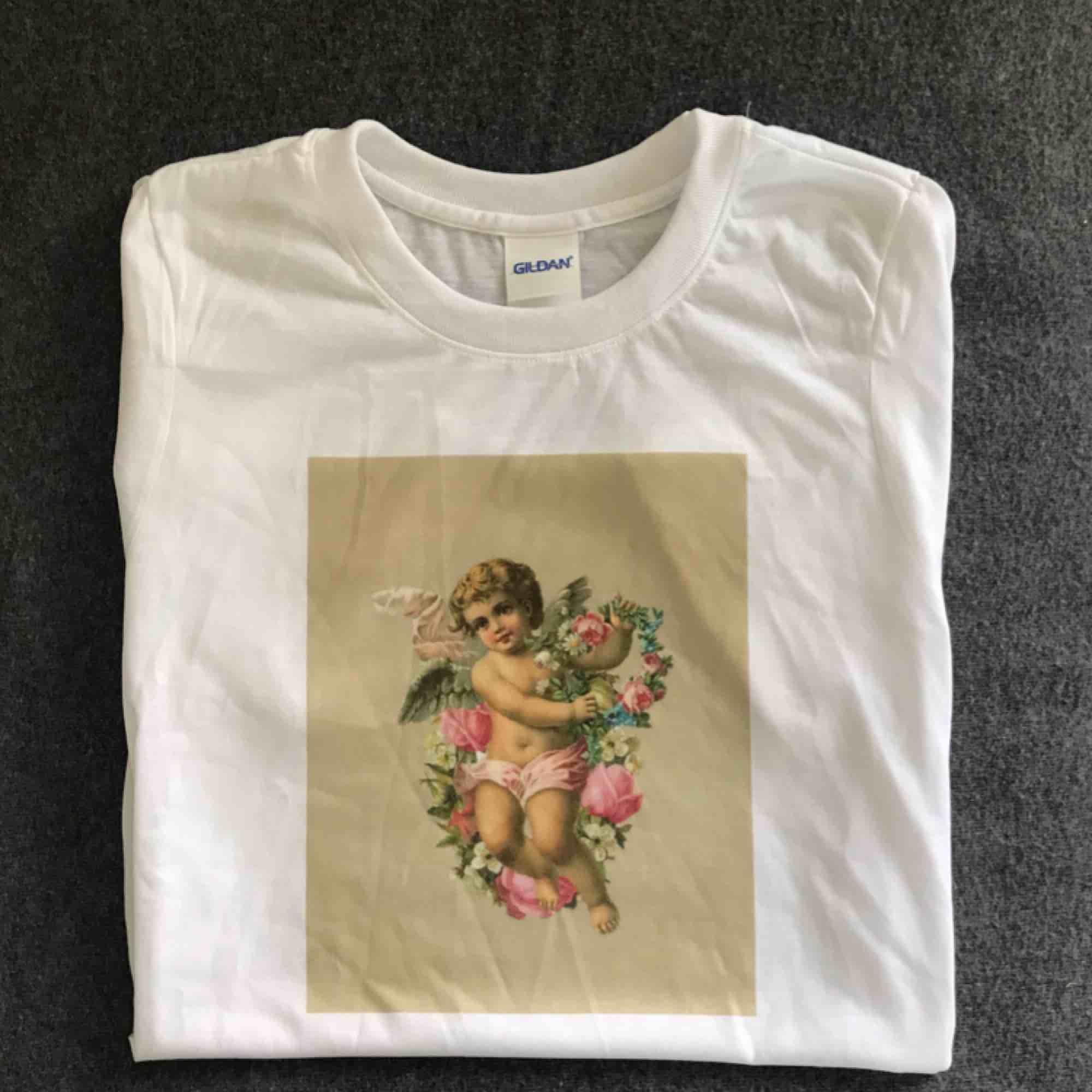 THE ROSE ANGEL TEE🧨Finns i storlekarna S-XL i en unisex modell🧨Skicka meddelande eller maila theteeandtee@gmail.com för att beställa eller ställa frågor🧨Betalning sker via swish🧨Gratis frakt över hela landet!🧨. T-shirts.