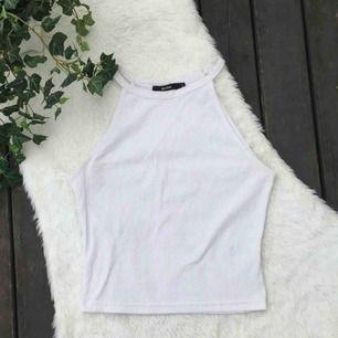 Snyggt enkelt ribbat linne. Från BikBok i storlek S. Sparsamt använt. Frakt inräknat i priset.