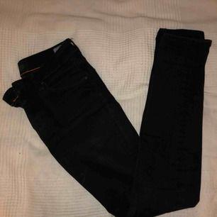 Ett par helt svarta Crocker jeans. Demens använda men dem är som nya utan skador eller något sånt. Dem är skinny fit och rätt så stretchiga så att dem kan stretcha ut i midjan och är riktigt bekväma.