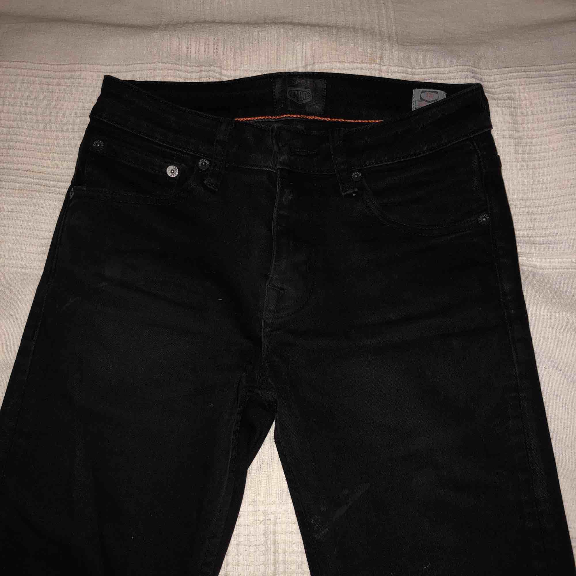 Ett par helt svarta Crocker jeans. Demens använda men dem är som nya utan skador eller något sånt. Dem är skinny fit och rätt så stretchiga så att dem kan stretcha ut i midjan och är riktigt bekväma.. Jeans & Byxor.