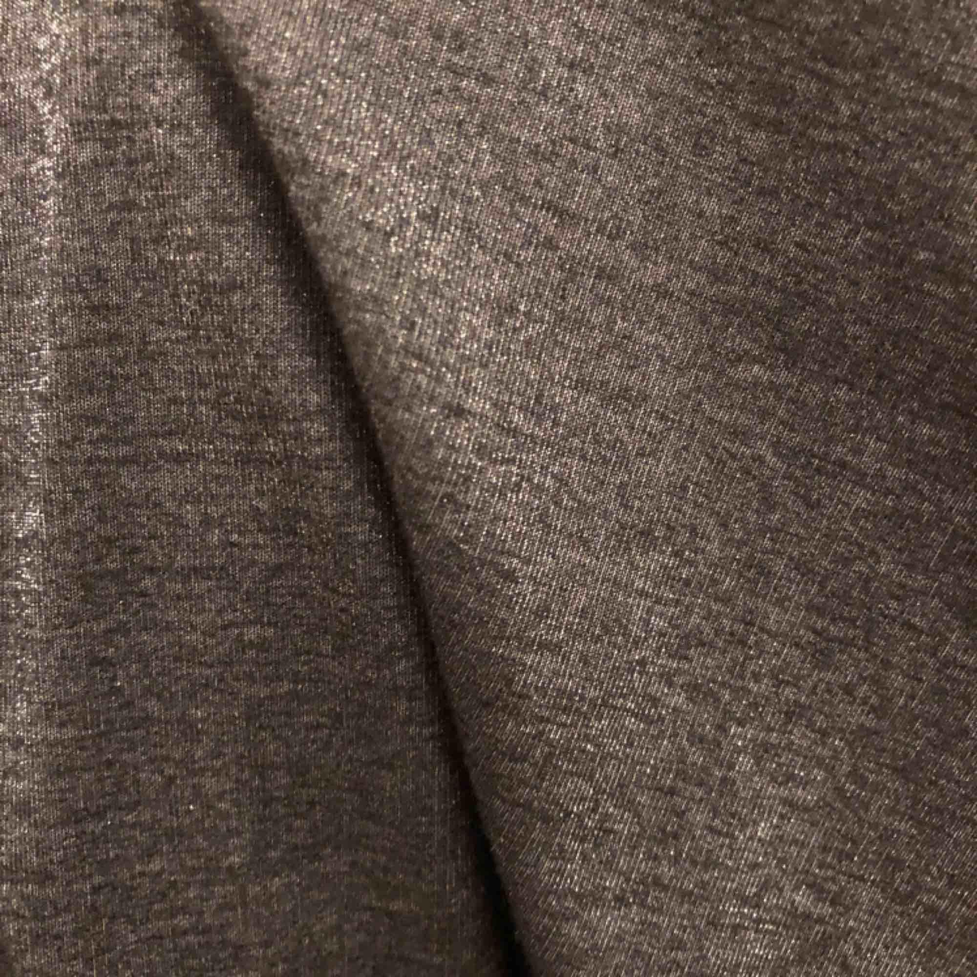 Klänning från Rodebjer, strl M passar även en S. Färg: Grå/glittrig  Köparen står för frakten, 40 kr. Klänningar.