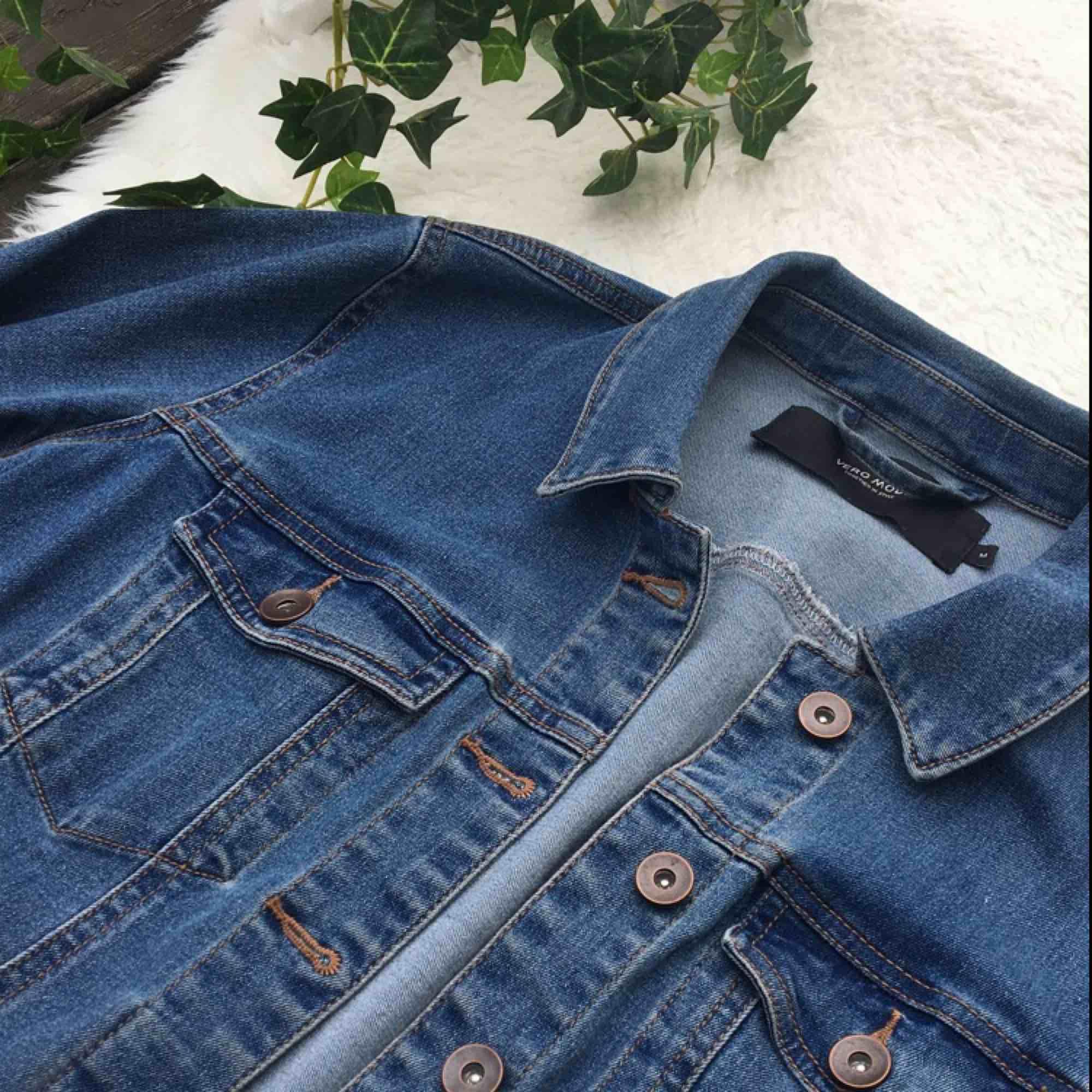 Jeansjacka från Vero Moda i storlek M. Stretchigt jeansmaterial så därav väldigt skön och sitter väldigt bra. Köpt förra året och endast använd ett par gånger. Kommer tyvärr aldrig till användning då jag inte trivs i jeansjackor. Frakt inräknat i priset.. Jackor.