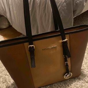 Fin Michael Kors väska, (fake) använd ett få tal gånger säljes för 300kr köparen står för frakt, tar swish