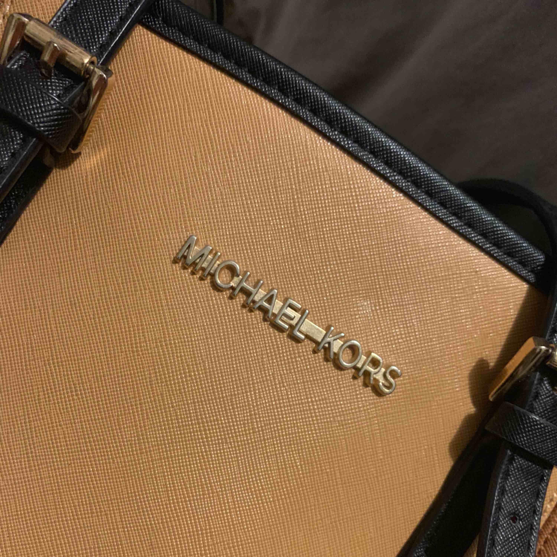 Fin Michael Kors väska, (fake) använd ett få tal gånger säljes för 300kr köparen står för frakt, tar swish. Väskor.