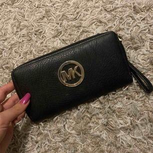 Säljer en fin plånbok från,  ( fake ) knappt använd och i fint skick