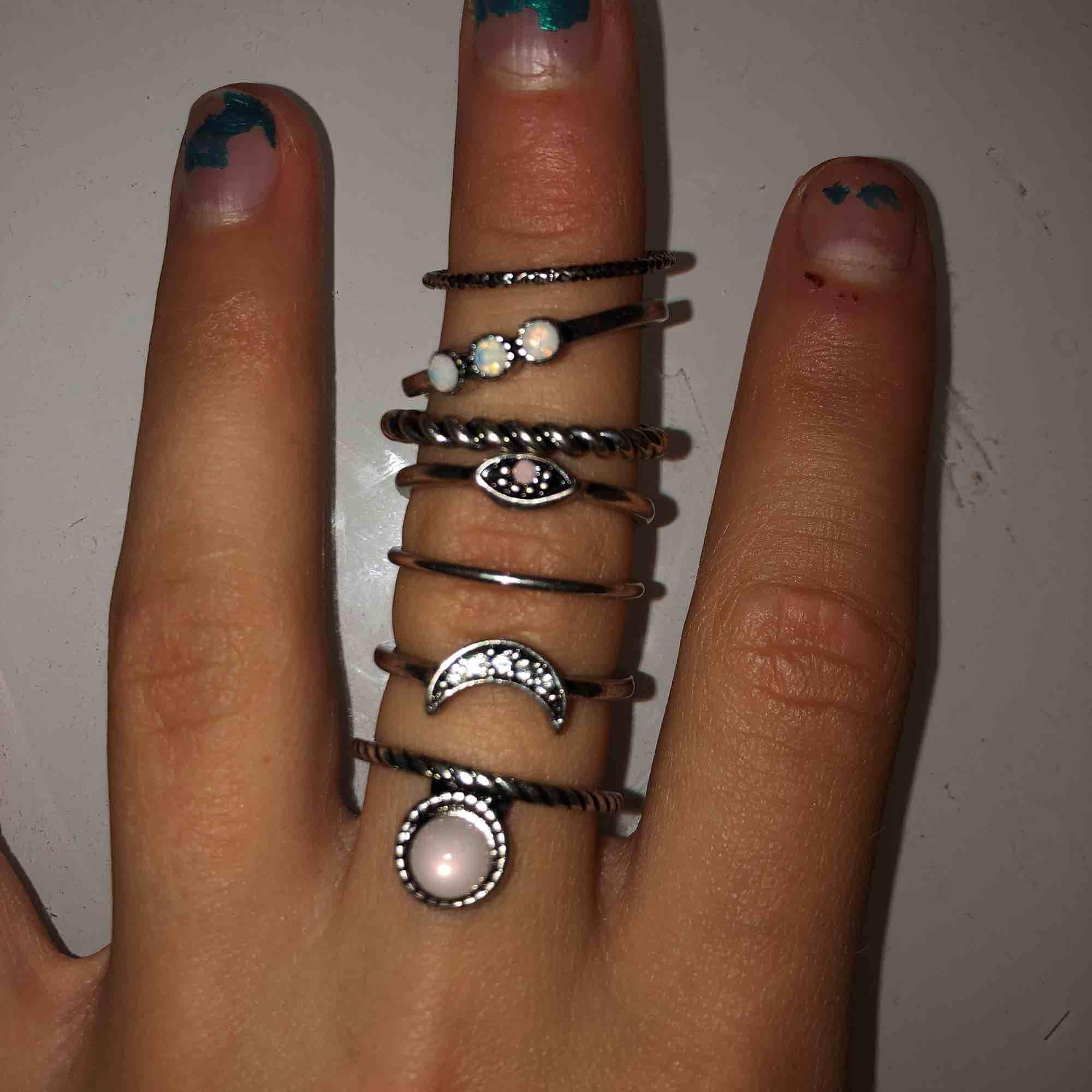 Säljer 7 superfina ringar för 50kr✨✨ Oanvända, säljs pågrund av för stor storlek. . Accessoarer.