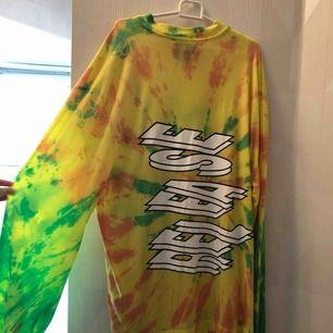 Långärmad tröja med batikmönster och tryck. Strl M, använd få gånger.  150inkl frakt.