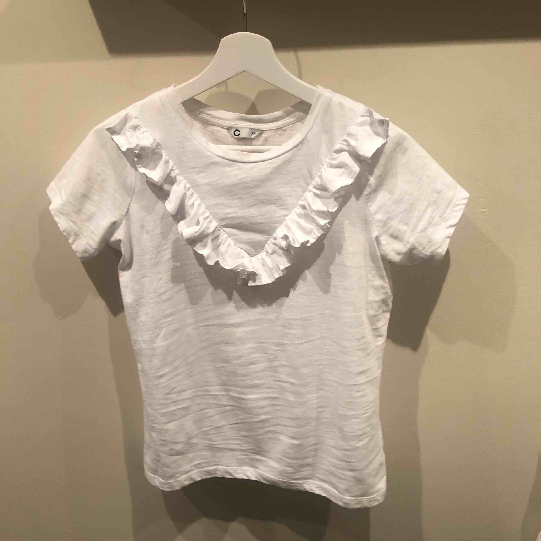Jätte fin vanlig t-shirt med volang på framsidan! Super fin att ha till ett par jeans eller kjol!☺️ Köparen står för frakt om man inte kan mötas i Gävle!. T-shirts.