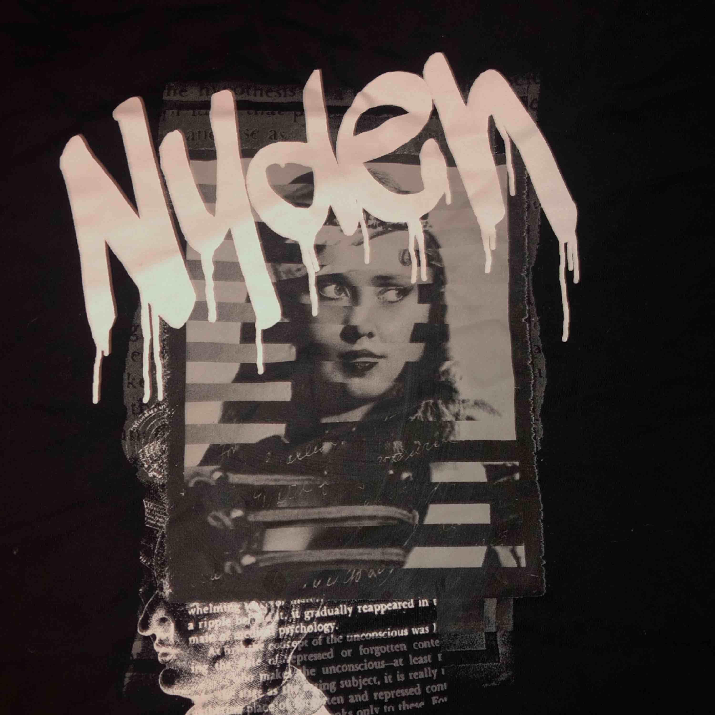 Säljer min Nyden T-shirt som är oanvänt💗 Kan antingen mötas upp eller så fraktar jag😊. T-shirts.