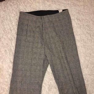 Säljer mina snygga byxor från Zara! Kan antingen mötas upp i Sthlm , eller betalar du för frakten😊