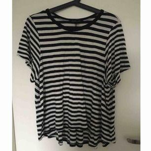 Extremt skön randig T-shirt med lös passform så den passar även medium! Använd men i bra skick. Vid frakt står köparen för frakt 👼🏻