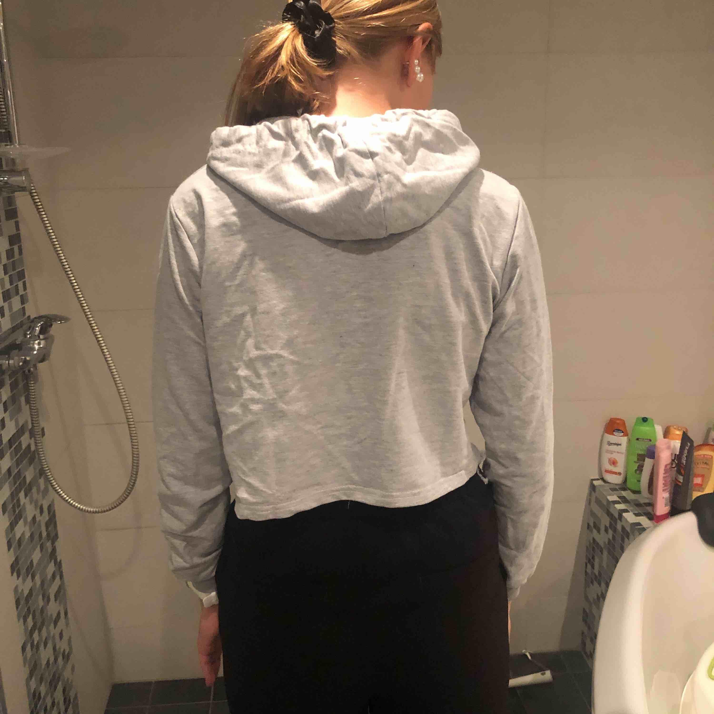 Grå hoodie med texten BABY BOY på. Den är kort modell. Köparen står för frakt om man inte kan mötas i Gävle!😊. Huvtröjor & Träningströjor.