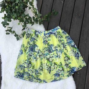 Jättefin somrig kjol i härliga färger. Storlek S, från BikBok. Aldrig använd. Frakt ingår i priset.