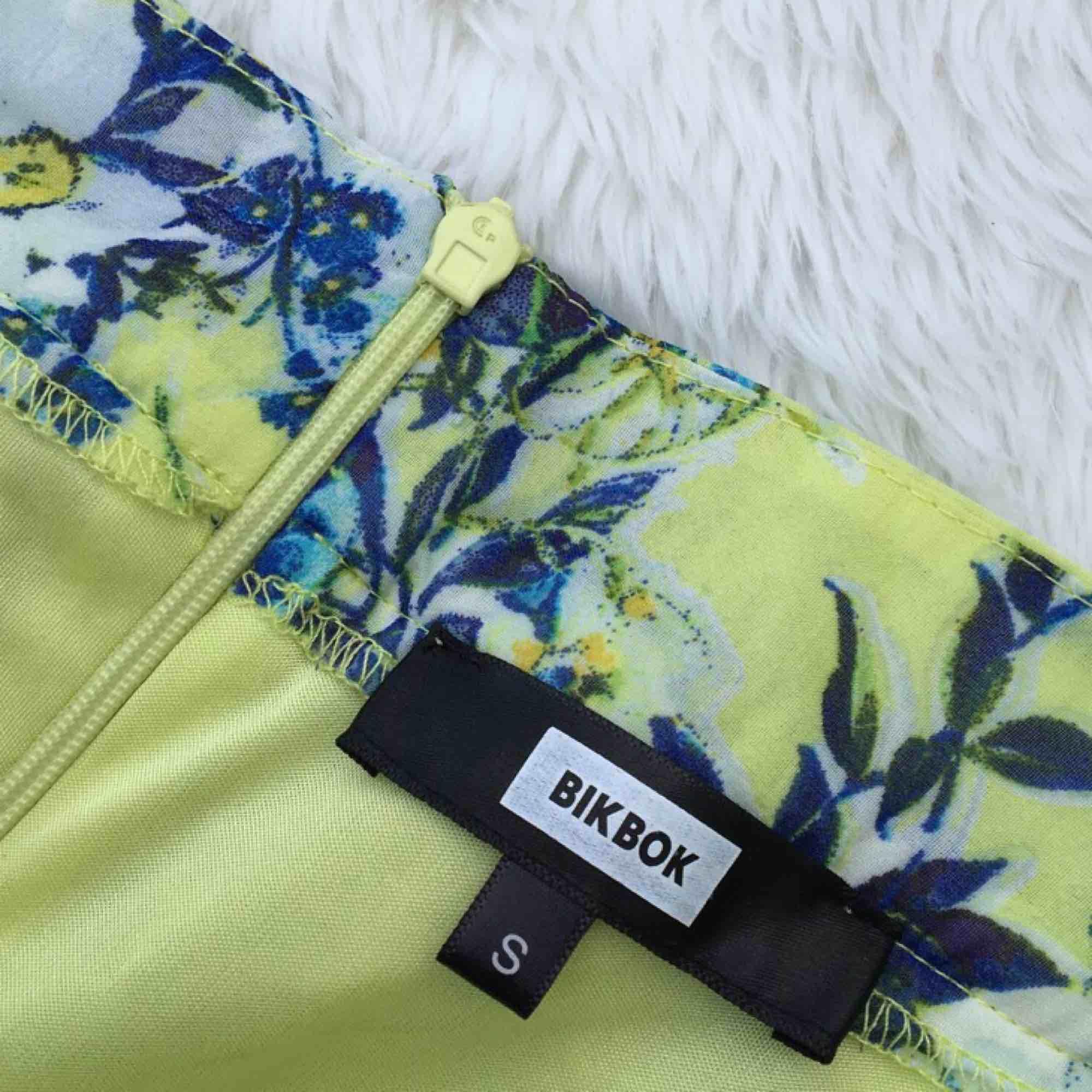 Jättefin somrig kjol i härliga färger. Storlek S, från BikBok. Aldrig använd. Frakt ingår i priset.. Kjolar.