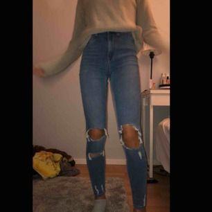 Ett par jätte fina och helt oanvända högmidjade jeans (bara testade på bilden) från Gina Tricot!! Storlek S men passar också XS✨ Frakten kan diskuteras!!