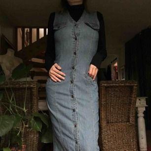 Retro jeansklänning, skitsnygg med polo under. Kan skicka bild på längden vid intresse. Möter upp i Malmö/Lund eller fraktar mot kostnad.
