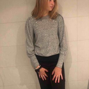 Super söt och skön tröja från Gina tricot! Pärlor och lite puffärmar! Sparsamt använd