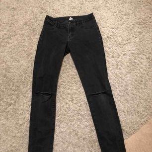 Svarta jeans med hål på knäna från Lindex, storlek 152 men passar mig som har storlek XS! Säljer pga håller på att bli för små🌸 Pris 65 kr + frakt! Har blekts något i tvätten, men är i fint skick! Betalning via swish!💕