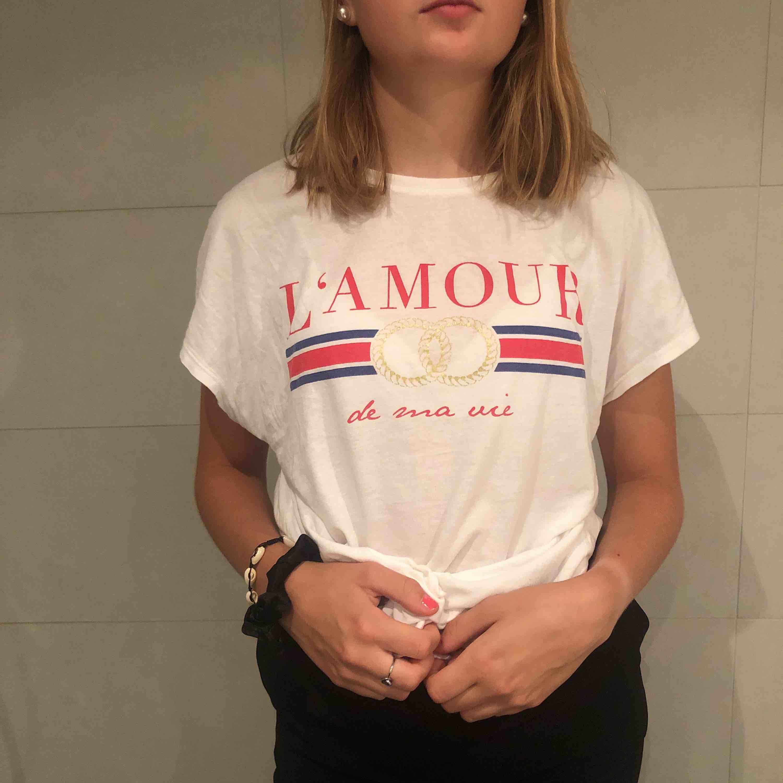 Vit t-shirts med super fint tryck! . T-shirts.