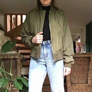 Bomber-jacka från Clara Henrys kollektion med ett venus-tecken på ryggen. Väldigt cool. Köpt för 700kr och finns inte att hitta någonstans längre. Möter upp i Malmö/Lund eller fraktar mot kostnad.