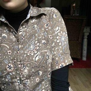 Cool retro-klänning med unikt mönster. Snygg med något layered under. Möter upp i Malmö/Lund eller fraktar mot kostnad.