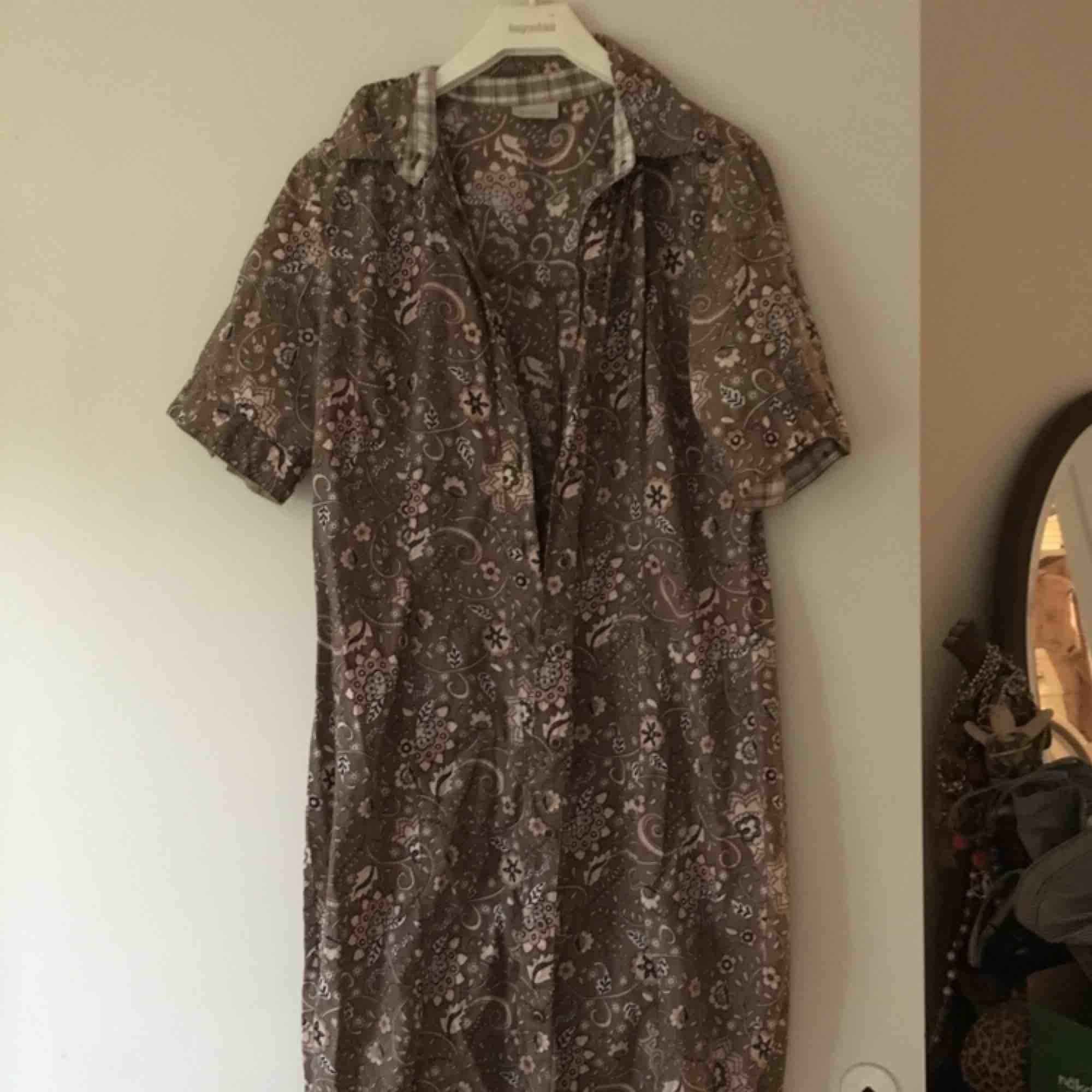 Cool retro-klänning med unikt mönster. Snygg med något layered under. Möter upp i Malmö/Lund eller fraktar mot kostnad.. Klänningar.