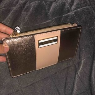 Otroligt fin guldig plånbok!