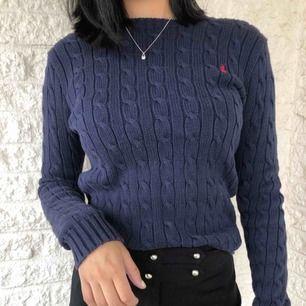 Marinblå kabelstickad tröja från Ralph Lauren💙  Använd ett par gånger men fortfarande bra skick✨ Eventuell fraktkostnad tillkommer!