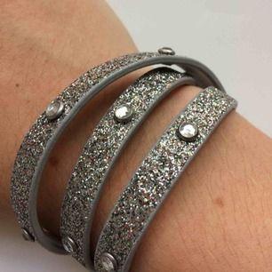 Säljer detta glittriga armbandet då jag inte använder det längre. Frakt tillkommer. Ställ frågor om du undrar något?💕💕