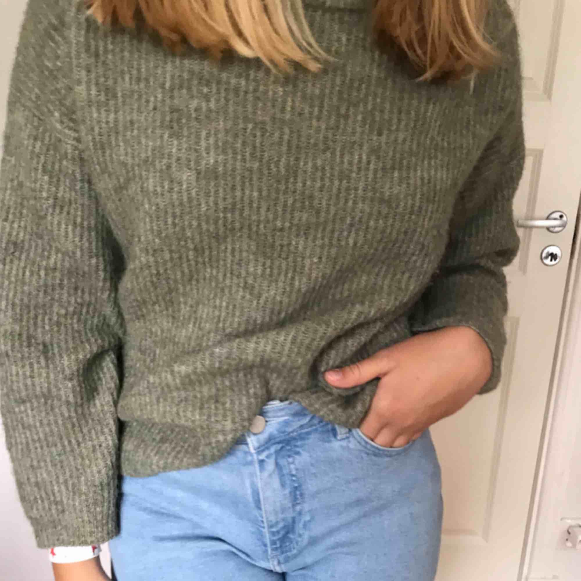 Stickad tröja köpt på Lindex, perfekt till hösten. 150 + frakt. . Stickat.