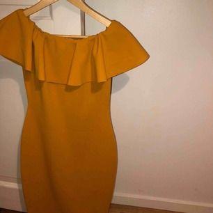 Jätte snygg gul off-shoulder klänning som sitter fint på kroppen. Aldrig använd och i helt nyskick