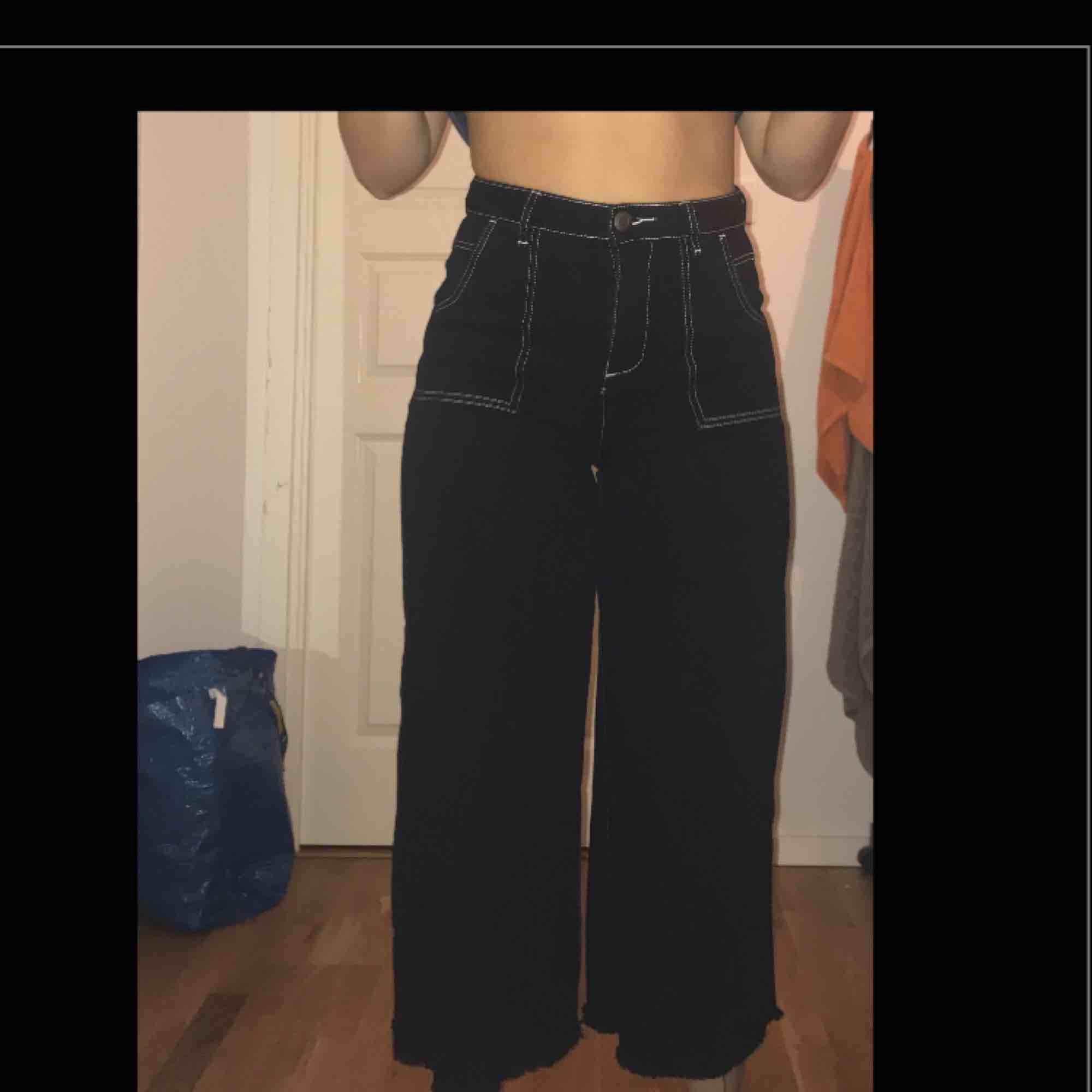 Vida jeans som är lite kortare i benen, ej klippt själv utan de är köpta så.  Köpta från Boohoo, bra skick då de endast är använda fåtal gånger.. Jeans & Byxor.