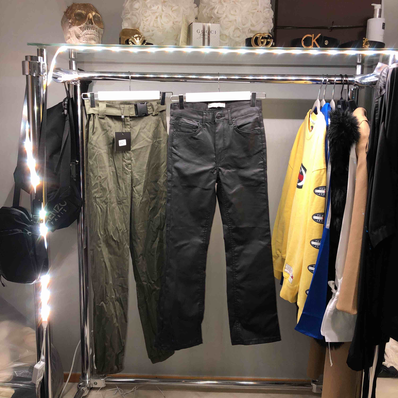 Byxor 100 kr/st 1. Khaki byxor från madlady. (Nyskick) 2. Nova kickflare från ginatricot.❌SÅLD❌. Jeans & Byxor.