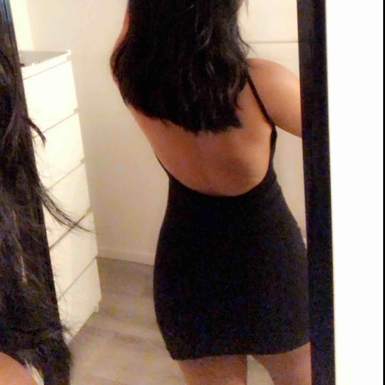Helt oanvänd klänning från NAKD, storlek XXS men väldigt stor/stretchig i storleken så passar mig som brukar vanligtvis ha S på klänningar 🧚🏽♀️. Klänningar.