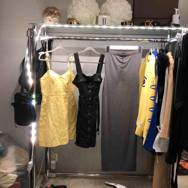 Klänningar 100kr/st 1. Gul klänning från forever 21. 2. Svart klänning från forever 21. 3. Tubklänning från prettylittlething.. Klänningar.