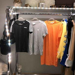 Tshirt 100kr/st. Svart tshirt Adidas. (Ny) Grå tshirt Adidas. Orange tshirt klänning Missguided. (Ny)