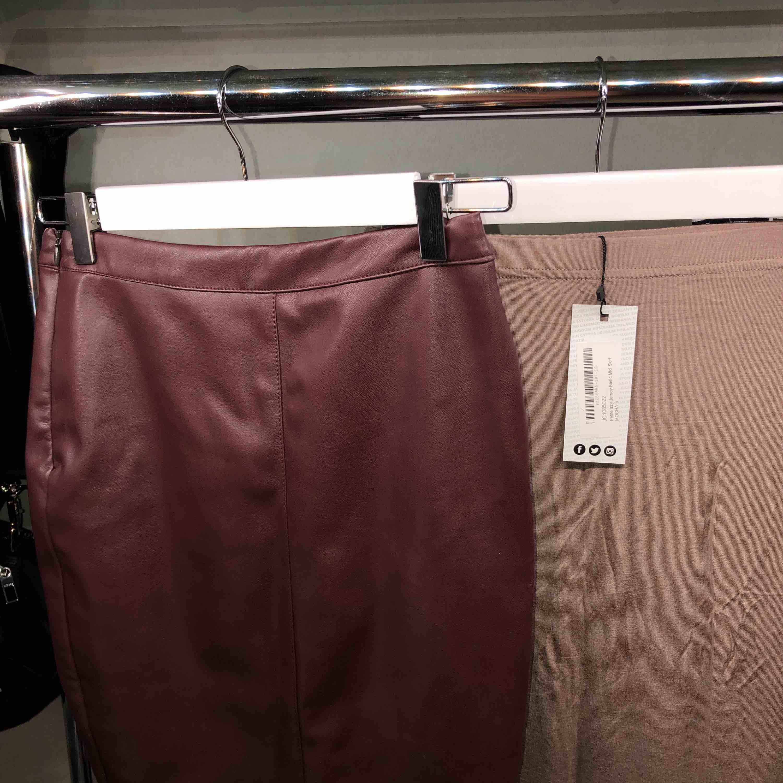 1. Röd pennkjol i faux leather. XS 100 kr 2. Pennkjol från boohoo. XS 80 kr 3. Nelly klänning. XS 100 kr. Klänningar.