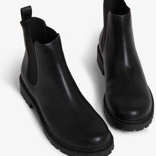 Säljer dessa chunky Chelsea boots från Monki , säljer på grund av det kommer inte till användning😢.  PS : Köparen stå för frakt eller möts upp  🤠