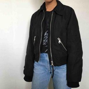 svart jacka från monki. nästan aldrig använd så den är i toppskick. säljer pga får inte användning för den. frakt 60 kr