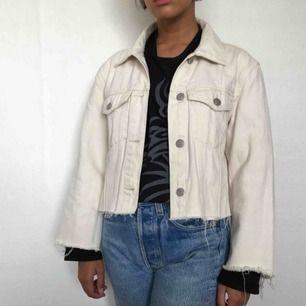 gräddvit croppad jeansjacka. även croppad i ärmarna. jag på bilden har vanligtvis xxs. frakt 50 kr