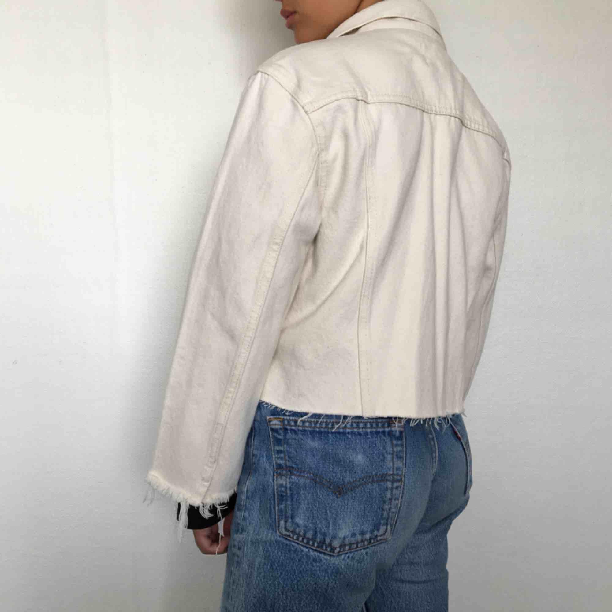 gräddvit croppad jeansjacka. även croppad i ärmarna. jag på bilden har vanligtvis xxs. frakt 50 kr. Jackor.