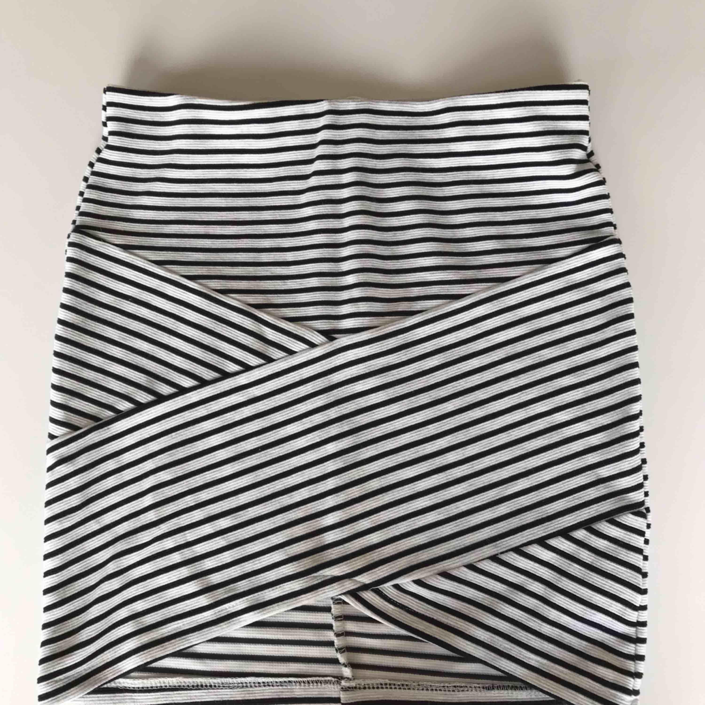 En somrig figurnära kjol från Cubus. Man får fina former pågrund av att den är kroppsnära och har omelett grejen i mitten. Står 146-152 men passar mig som är 168 utan att visa något privat. Köparen står för frakten❤️. Kjolar.