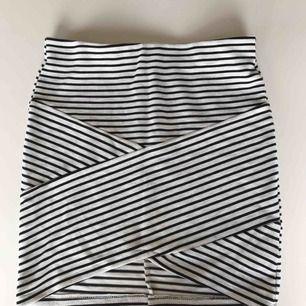 En somrig figurnära kjol från Cubus. Man får fina former pågrund av att den är kroppsnära och har omelett grejen i mitten. Står 146-152 men passar mig som är 168 utan att visa något privat. Köparen står för frakten❤️